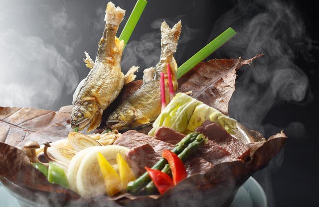 画像: 清流を眺めながらの食事を楽しめる、広々とした食事処「レストラン清流」。初夏を代表する多摩川の新鮮な恵み「鮎」と、地元の肉、野菜など地産地消をたっぷりいただく「石焼き」