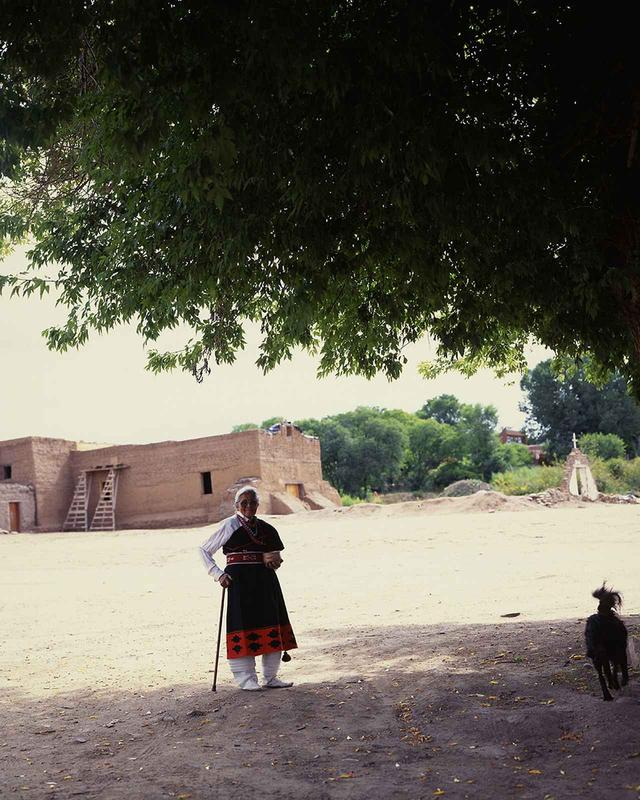 画像: プレブロの村の土器作りの女性、コーン・フラワー