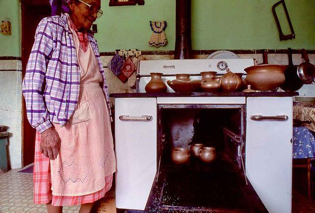 画像: キッチンのオーブンで土器を焼くコーン・フラワー