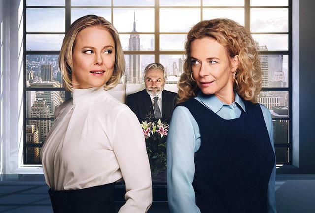 画像: 10年前、モデルのジェイド(左)に夫を略奪されたマリア(右)は、ニューヨークの高級アパートメントの権利を得るために舞い戻る