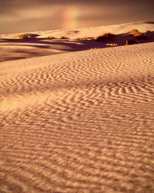 画像: 世界初の核実験が行われたアラモゴロド近くの白い砂漠。今は静かな美しさをたたえていた