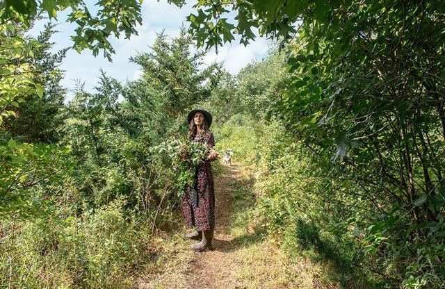 画像: マサチューセッツ州バザーズ湾近郊の原野でスキンケア製品の原料となる植物を探す、ホリスティック・ビューティブランド「レッドフラワー」(本社:ニューヨーク市)の創設者、ヤエル・アルカレー