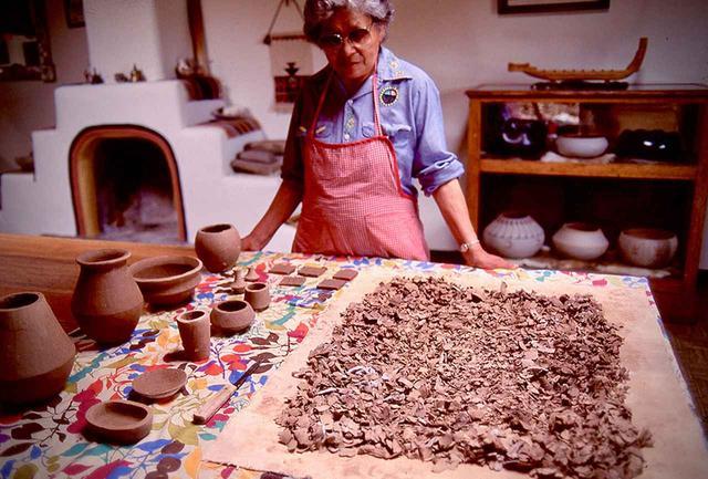 画像: 土器を焼くときには、遺跡の土器片も新しい土と混ぜて再利用される