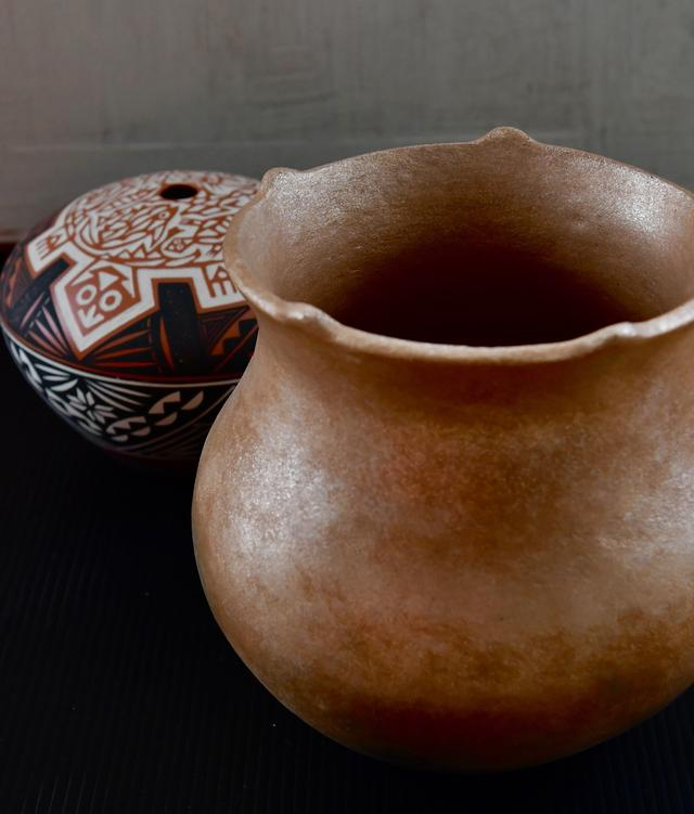 画像: サン・シンボルが作った土器(手前)。後ろもネイティブ作家によるもので、亀はマザーアースを表す模様
