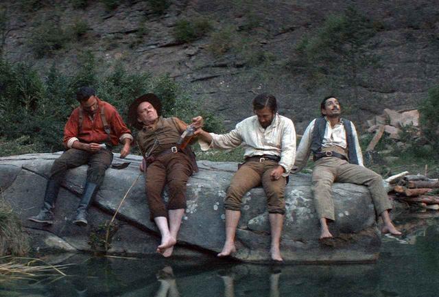 画像: 穏やかな微笑みをたたえたウォームの登場によって、黄金をめぐって出会った男たちの運命がスリリングに交錯する。森を流れる川をせき止め、ウォームの発明の成果に歓声を上げた男たちだったが……