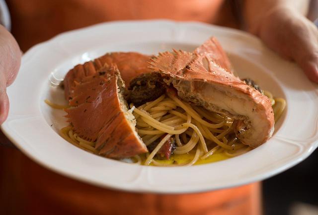 画像: 「うちわ海老とモリーユ茸のスパゲティ」¥3,600など、季節の素材を使ったパスタも。宮崎から直送のうちわ海老と、フランス産のモリーユ茸、双方のだしをたっぷりソースに