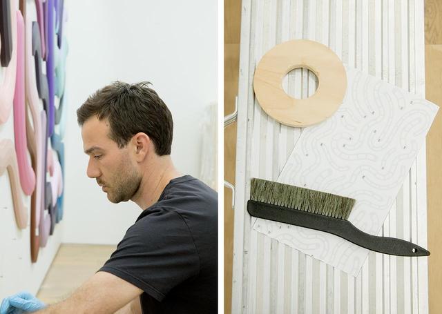 画像: (左)ジョシュは、「シンプル」「ビューティ」「ファン」の3つの視点から自身の作品を鑑賞してほしいと話す。「この3つの言葉は、自分の人生のモットーでもあるんだ」 (右)会場に置かれた、作品の配置を記す図面