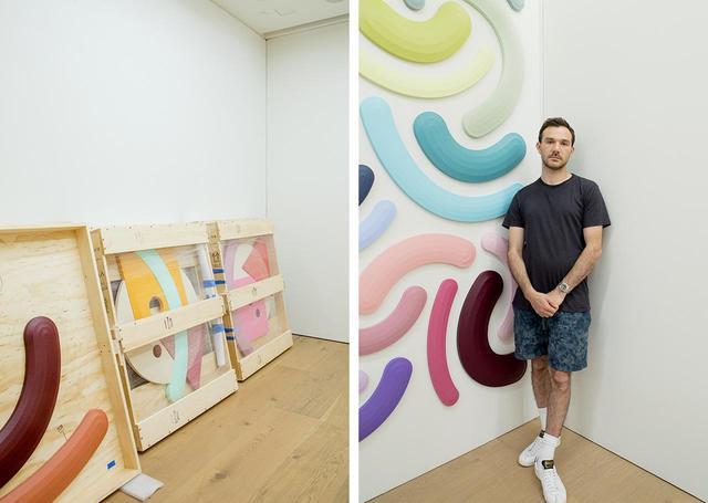 """画像: (左)ニューヨークから運ばれてきた作品。奥の木箱に入っているのは、幾何学モチーフを組み合わせた""""コンポジット""""タイプの新作 (右)ジョシュ・スパーリングは、1983年、ニューヨーク州オネオンタ生まれ。2016年より、キャンバスを変形させた""""シェイプト・キャンバス""""の作品を発表。ルイ・ヴィトン財団にもその作品はコレクションされている"""