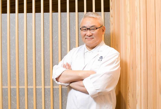 画像: 徳岡邦夫 「京都吉兆」代表取締役兼、総料理長。日本料理の神さまと称される湯木貞一氏の孫。35歳で「京都吉兆」の総料理長及び三代目となる。「サローネ・デル・グスト」「マドリッド・フージョン」など数々の世界的料理イベントに招聘され、日本料理を紹介。2007年、「洞爺湖サミット」でも日本料理を担当した