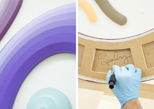 画像: (左)立体的なフォルムも彼の作品の特徴だ。それにより単色のモチーフに陰影が生まれ、グラデーション状に見える (右)それぞれのピースの背面にサインを記す