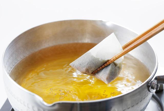 画像: テトラパックは体積が大きいため、鍋中で泳いだときに成分がまんべんなく抽出される。厳選された鰹節と昆布の味わいと香りがしっかりと引出され、濃いだしに仕上がる COURTESY OF KYOTO KITCHO