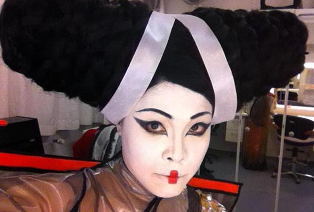 画像: 専属歌手として所属していたバイエルン歌劇場での『トゥーランドット』では、6mのゴンドラの上から長い髪の毛を垂らしてリューを演じた。バックステージでのスナップ COURTESY OF ERI NAKAMURA