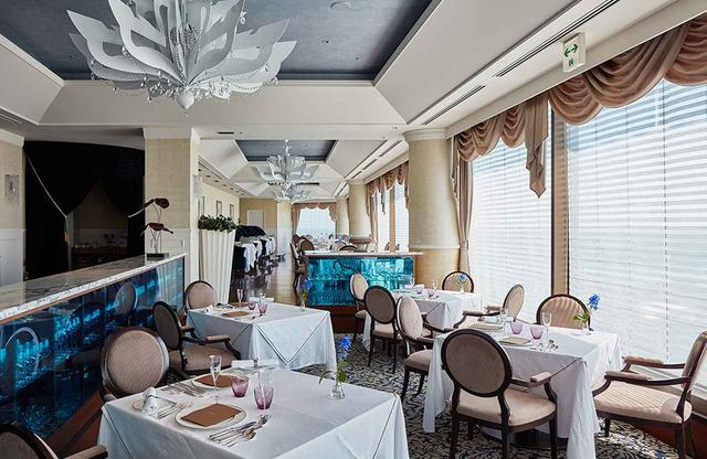 画像: 海をイメージしたフレンチレストラン「ラ・メール」。世界的に有名な、アメリカの建築事務所HBA(ハーシュ・ベドナー・アソシエイツ)が内装を手がけた