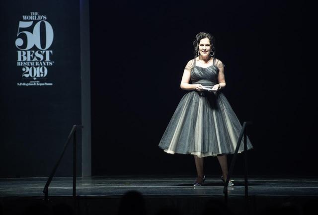 画像: 進行役としてステージに登場したのは、政治ジャーナリストにしてコメンテーター、近年はオーストラリアの国営放送ABC(Australian Broadcasting Corporation)に冠番組を持つアナベル・クラブ(Annabel Crab)