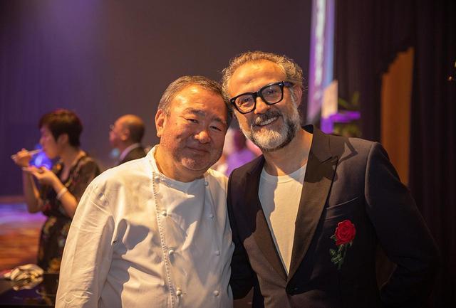 画像: 2016年と2018年に1位を獲得したBest of the Bestシェフの一人、イタリア・モデナの「Osteria Francescana」のシェフ、マッシモ・ボットゥーラ(右)と、マリーナベイサンズのミシュラン2ツ星レストラン「Waku Ghin」の和久田哲也シェフ。シンガポールならではの2ショット