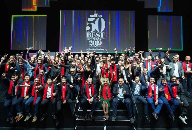 画像: アワードセレモニー後にステージに集合した50位以内のシェフたち。赤いストールは歴代アワードの受賞者の証。アジアからは開催地シンガポールの18位に「Odette」、41位に香港の「The Chieman」、45位にバンコクの「Suhring」、48位に上海の「Ultraviolet by Paul Pairet」がランクイン。120位まで全てのランキングは 公式サイト で確認できる