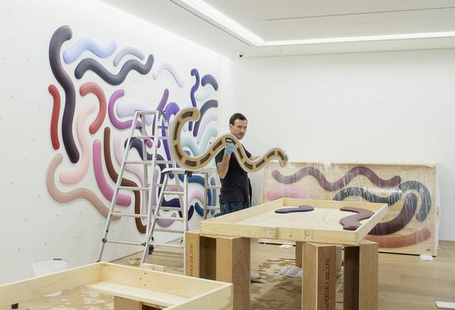 画像: ジョシュ・スパーリングにとって日本初個展の会場となるペロタン東京にて。彼は2日間かけて作品を設営した