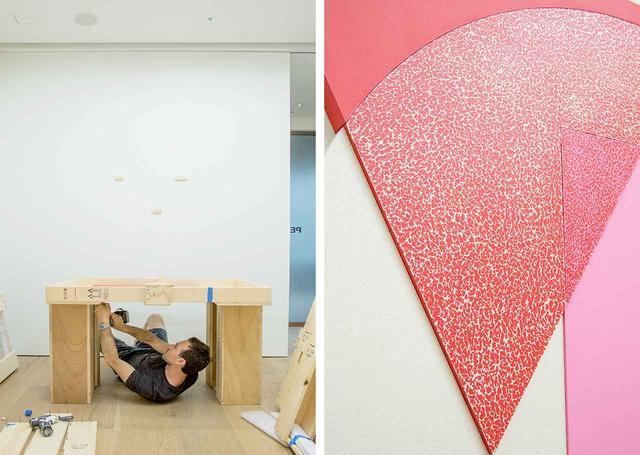 """画像: (左)作品が収納された木箱を開けるジョシュ (右)幾何学モチーフを組み合わせた""""コンポジット""""タイプの作品には、まだら模様のディテールも見られる。これは、アメリカのポップ・アートの代表的作家ロイ・リキテンスタインの「コンポジション・ノート」から着想を得たもの"""
