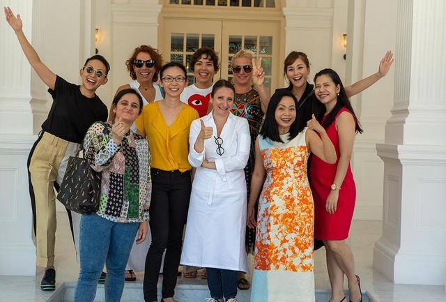 画像: ランチに参加した女性シェフたち。前列中央が女性シェフで唯一ミシュランの3スターを獲得しているアン・ソフィー・ピック。前列最右は2018年のAsia's 50 Best RestaurantsでBest Female Chefに選ばれ、今回のWorld's 50 Bestで95位にランクされたタイ・バンコクの「Gaa」のGarima Arora PHOTOGRAPHS: ©THE WORLD'S 50 BEST RESTAURANTS
