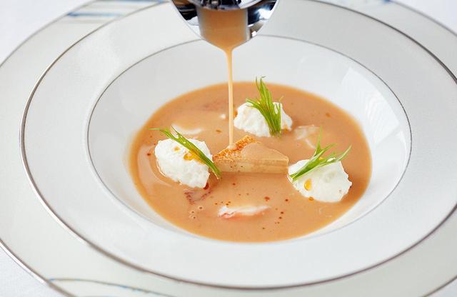 画像: 「伊勢海老クリームスープ」 シグネチャーな一皿のクリームスープは、新鮮な海老をバターでじっくり炒めたソースがベース。伊勢志摩サミットの時、首相たちがこのスープに夢中になり、会議がしばし中断したというのは有名なエピソード