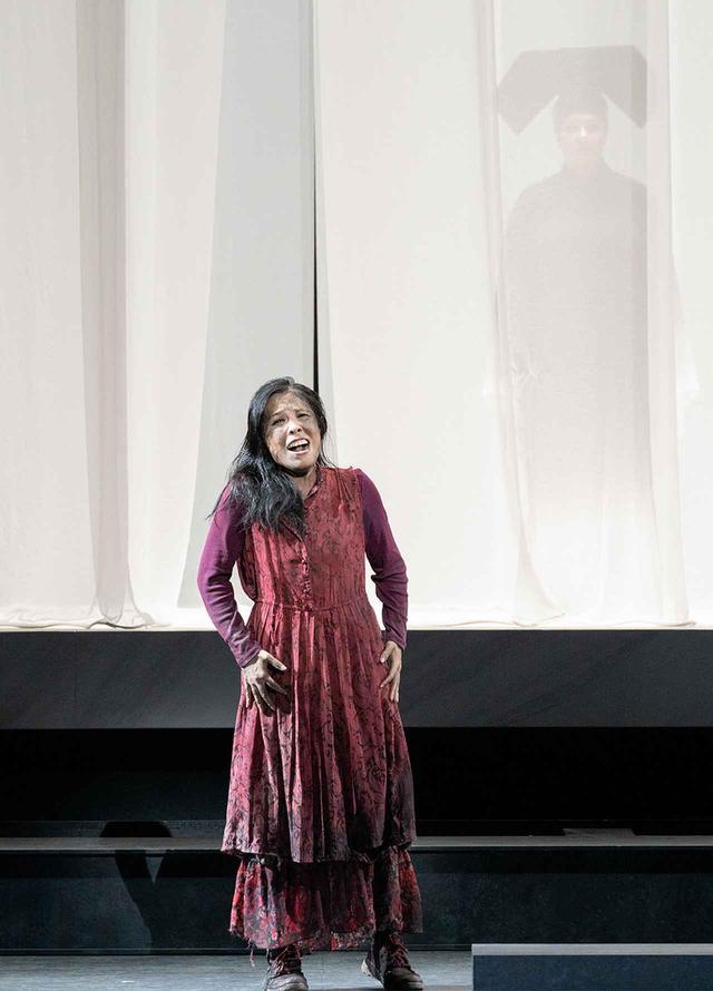 画像: ドレス・リハーサルにて。「リューの純粋さの正当性を表現したい」と語る中村さんの渾身の演技が舞台を震わせる。役に求められる究極の姿を表現。オペラ夏の祭典2019-20 Japan-Tokyo-World「トゥーランドット」東京文化会館での最終舞台稽古より PHOTOGRAPH BY RIKIMARU HOTTA