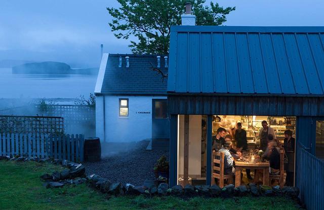 画像: スカイ島のレストラン「スリー・チムニー」のキッチン前のテーブル席 PHOTOGRAPH BY ANGUS BREMNER