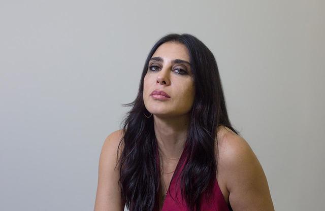 画像: NADINE LABAKI(ナディーン・ラバキー) 1974年、内戦のさなか、レバノン、ベイルートで生まれる。大学でオーディオ・ビジュアル学の学位を取得。卒業後はCMやMTVを撮り始め、いくつかの賞を受賞。2005年、内戦下のヘアサロンを舞台にした初監督・主演の長編作『キャラメル』がカンヌ国際映画祭の監督週間にて上映され、ユース審査員賞を受賞。一躍、新しい才能と絶賛を浴びた。『チャップリンからの贈り物』(2014)など、女優としても活躍している PORTRAIT BY KEISUKE ASAKURA