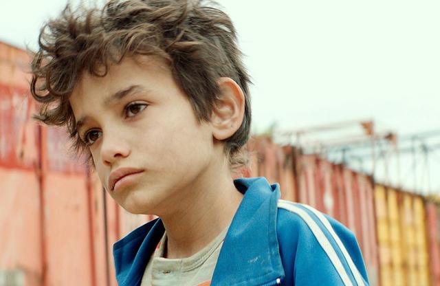 画像: ゼイン少年を演じたゼイン・アル=ラフィーアは、シリアから家族とともにベイルートに逃れ、学校にも行かず、10歳からスーパーマーケットの配達など、多くの仕事で家計を助けてきた。ラバキー監督は、類い稀なる彼のカリスマ性を「宝石」と呼ぶ © 2018MoozFilms / © Fares Sokhon