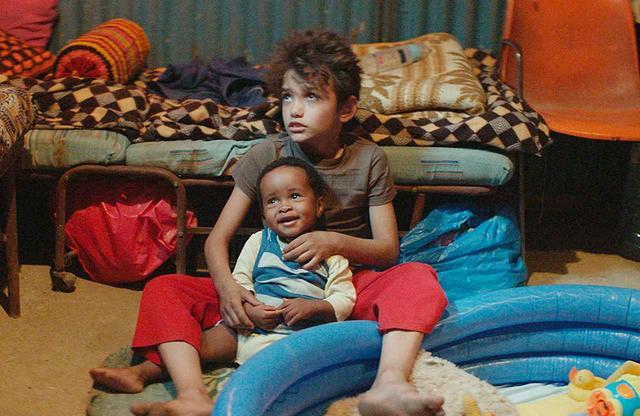 画像: ゼインは、ラヒルが働きに出ている間、キュートなダンスを披露するヨナスの子守りを任されるが……。愛くるしいヨナス役トレジャーの父はナイジェリア移民、母はケニア移民。撮影中、両親は映画同様に逮捕され、トレジャーは母とケニアに、父はナイジェリアに退去させられた © 2018MoozFilms / © Fares Sokhon