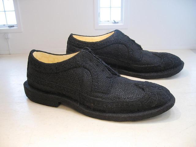 画像: アンディ・ヨーダーの≪Licorice Shoes≫(2003年)。アーティストの父親が履いていたウィングチップシューズと、祖母が器に入れていたリコリスキャンディの思い出が組み合わさっている © ANDY YODER, COURTESY OF THE ARTIST.