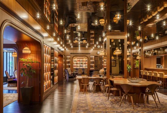 画像: レストラン&バー「クック&トラス」は、植民地時代の伝統料理から発想したモダンキュジーヌを提供。軽食とアフタヌーンティも人気だ。バーカウンターでは「Asia's 50 Best Bar 2019」で2位に輝いたリージェント ホテルのバー「マンハッタン」の元バーテンダー、リッキー・パイバ考案のシグネチャーカクテルをぜひ。2019年中にはオールデイダイニングのブラッセリーも登場、6月末にはトリートメントルームもオープンした