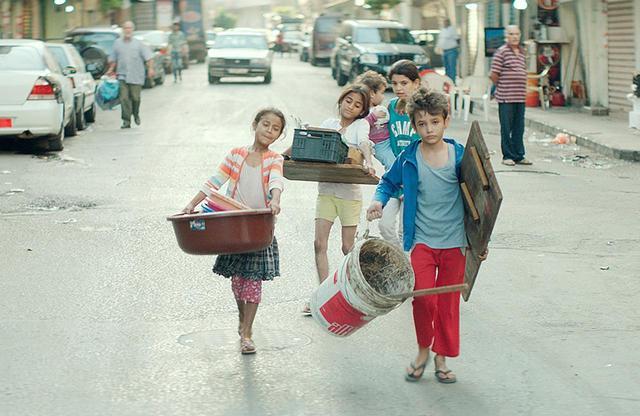 画像: 路上での物売りや店の配達など、一日中働いて家計を支える子供たち。ゼインの心の拠り所は、最愛の妹サハルだった。厳しい環境の中でも懸命に生きようとする子供たちのパワーが一筋の光明を映し出す © 2018MoozFilms / © Fares Sokhon