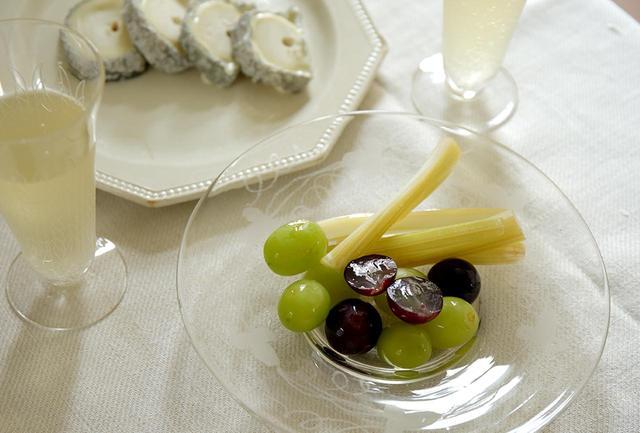 画像: ブドウとセロリのピクルスは、漬けて2~3日おくのがおすすめだが、1日目からでも食べられる