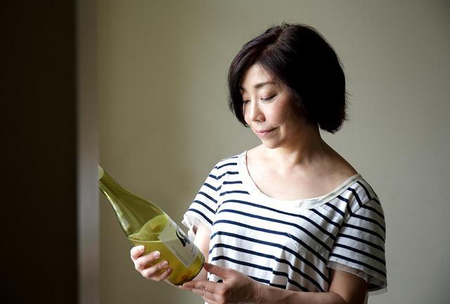 画像: 旅好きの平野さん、6月に訪れたパリでは、気になるワインバーをいくつかめぐってきたそう。「自然派のワインを扱うところを中心に何軒か。日本でもフランスでも、好きなつくり手のワインを飲むのは同じですね(笑)」。9月には、かねて訪れたかったジョージアへの旅も予定しているという