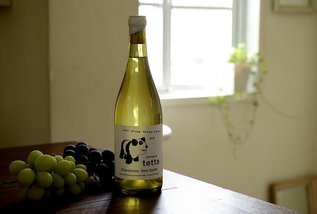 画像: ワイナリーは岡山県新見市哲多町にあり、もと石灰採掘場であった場所に広がるブドウ畑は、ワイン用のブドウ栽培に適した水はけのよい石灰岩質。「ピュアなブドウの味わいそのままを届けたい」というワイナリーの思いそのままに、亜硫酸塩などの添加物を使用せず、シャルドネ100%でつくられたワイン。軽い発泡性で、青りんごや洋ナシなどの香りがなんともフレッシュ ドメーヌ・テッタ 2018 シャルドネ サン スフル <750ml>¥3,500 tetta.jp