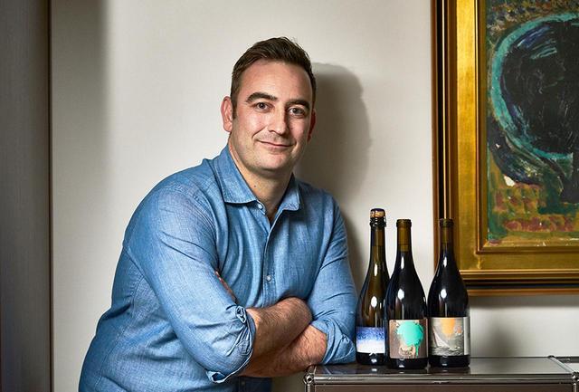"""画像: マイケル・クルーズ(MICHAEL CRUSE) アメリカ・サンフランシスコ生まれ。カリフォルニア大学UCバークレー校で生化学を学び、化学者を志すが、発酵に興味を惹かれ、ワインづくりの道を選ぶ。ナパ・ヴァレーのワイナリーで7年間現場で醸造を学ぶ。2013年に「 クルーズ・ワイン・カンパニー 」と「ウルトラマリン」を設立。独自のコンセプトに基づいたハイレベルなワインは""""つねに売り切れ""""という現象を巻き起こしている"""