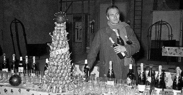 画像: モエ アンペリアルで40歳の誕生日を祝うポール・ニューマン。ずらりと並べられたボトルが当時の彼の人気ぶりを物語る © HuffSchmitt SIPA