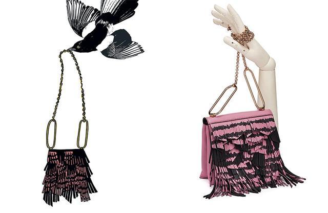 画像: 「フェザー・ウエイト・ペーパー」から着想を得て、鳥や羽根をモチーフにゴダディンが描いたイラスト(写真左)。フランク・スマイソンがステーショナリーに用いたアイデアを、バッグのデザインへと昇華させた。今回のコレクションでは、ノート、バッグのほかに、ポーチなどの革小物にもこのモチーフがあしらわれている ループチェーンバッグ¥257,000(税込)