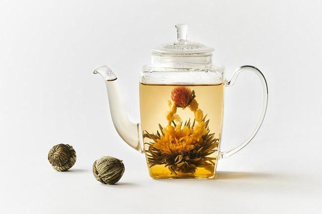 画像: 工芸茶「オーバーザレインボー」<1珠> ¥333 沸騰したてのお湯を注ぎ、蓋をして2〜3分待つと、茶葉が開き、花が顔を出します。差し湯をしながら三煎目まで楽しめます(約1L分)