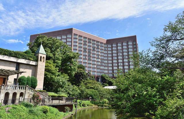 """画像: 総敷地面積約5万㎡、特に夏は深い緑に覆われ清々しい庭園となる。パワースポットとして知られる水の湧き出る古香井(ここうせい)、滝、清流などまさに""""都会の森""""の様相。ホテルはその庭園の一部に建つ"""