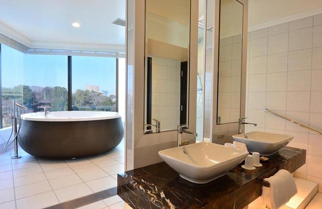 画像: 「ビューバススイート」のバスルーム。庭園を望むモダンなインテリアが印象的