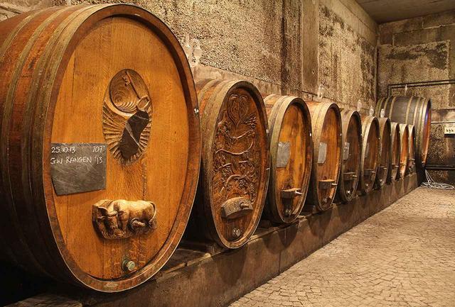 画像: ブドウはソフトに圧搾し、一晩かけて果汁を搾る。自生酵母だけを使って大樽で長期熟成するなど、あえて手間がかかる手法を用いて、極限まで品質を追求したワインづくりを行う COURTESY OF DOMAINE ZIND-HUMBRECHT