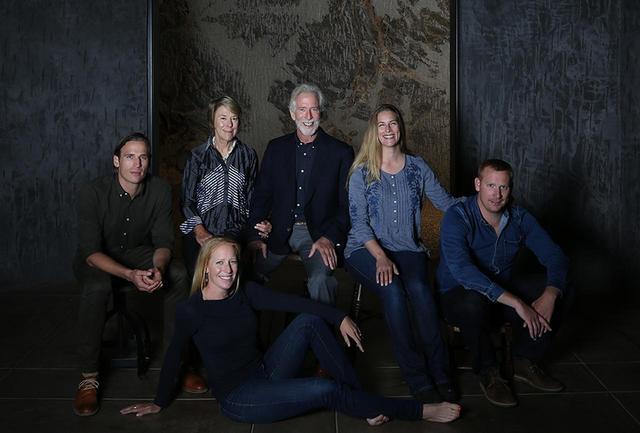 画像: ワイナリーは完全なる家族経営。 (後列左から)長男のカルロ、姉のマルシア、ティム、次女のキアラ、三男のダンテ。長女カリッサ(手前)はマーケティング担当、キアラはボトルのラベルデザインを手がけた COURTESY OF CONTINUUM ESTATE