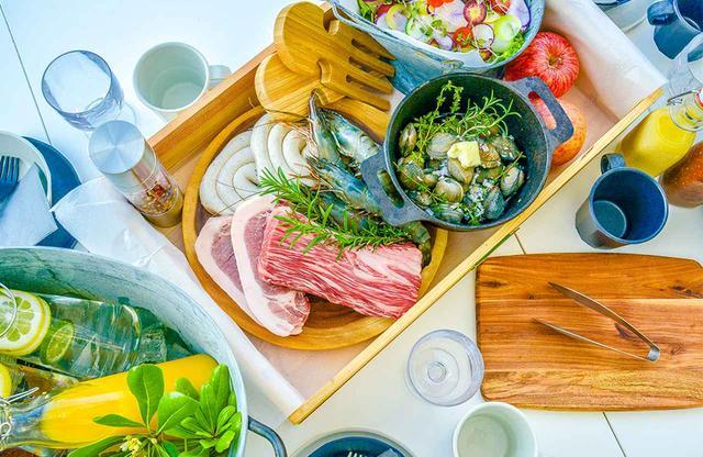 画像: 老舗牧場、石井ファームでは、乳酸菌を混ぜた独自の飼料を与え、清潔な環境で飼育した「葉山牛」をバーベキュースタイルで提供。神奈川県の肉牛で、唯一の農場HACCP(ハサップ)を取得している稀少な牛肉を味わうことができる PHOTOGRAPHS: COURTESY OF VOLKSWAGEN