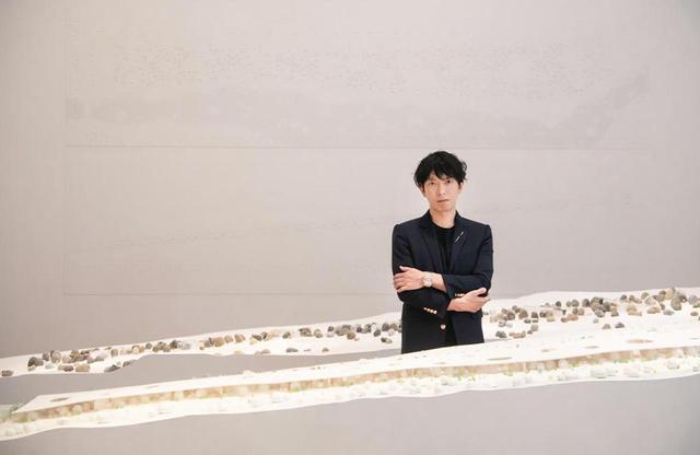 画像: 石上純也(JYUNYA ISHIGAMI) 1974年神奈川県生まれ。SANAAを経て、2004年に独立し、石上純也建築設計事務所設立。2010年ヴェネチア・ビエンナーレ国際建築展金獅子賞受賞。代表作に「神奈川工科大学KAIT工房」(2008年)、ボタニカルガーデンアートビオトープ「水庭」(2018年)など ©️ CARTIER