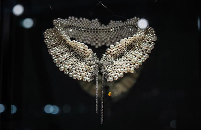 画像: 夢のあるデザインが卓越した技術を持つ職人の手仕事を重ねることで、美しいジュエリーになる。連ねられた真珠がデコルテにしなやかにフィットするのも、優れたテクニックがあればこそ PHOTOGRAPHS: COURTESY OF MIKIMOTO