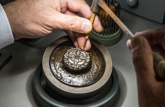 画像: クラフツマンの実演では、金属へ彫刻が施される工程を見ることができる。気が遠くなるほどこまやかな作業だ