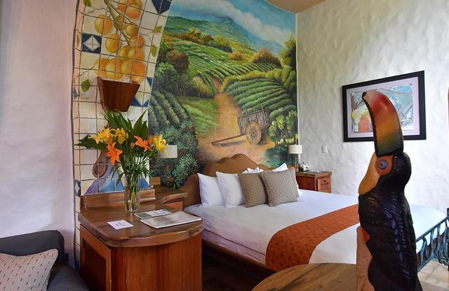 画像: 部屋はそれぞれに個性的な壁画や家具で彩られている FINCA ROSA BLANCA(フィンカ・ロサ・ブランカ) 公式サイト