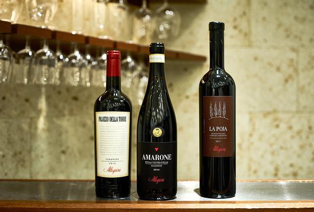 画像: (写真左から) 「パラッツォ・デッラ・トーレ 2015」 <750ml>¥3,800 ヴェネト州。コルヴィーナ・ヴェロネーゼ種、コルヴィノーネ種、ロンディネッラ種、サンジョヴェーゼ種をブレンド。干しブドウを使用した独自製法でつくられる赤で、「アレグリーニ」ならでは果実味豊かな味 「アマローネ・デッラ・ヴァルポリチェッラ・クラッシコ 2014」 <750ml>¥10,000 ヴェネト州。コルヴィーナ・ヴェロネーゼ種、ロンディネッラ種、オゼレータ種、コルヴィノーネ種をブレンド。凝縮感のある果実味の中に繊細な酸味が生きている。苦みも軽やかで、スタイリッシュな味わい 「ラ・ポヤ 2011」 <750ml>¥13,000 ヴェネト州。コルヴィーナ・ヴェロネーゼ100%。最高の単一畑のブドウのみを使用してつくられる同社のトップ・キュヴェのひとつ。芳醇な果実味とブラックベリーやスパイスの香り
