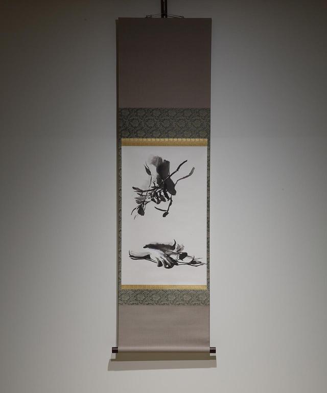 画像: ミヒャエル・ボレマンス 《くちなし(2)》2014年 和紙/軸装に墨 掛け軸:133x36.7cm 本紙:55.6x34.5cm 個人蔵 ベルギーの現代画家ボレマンスが、京都で描いた掛け軸も展示される © MICHAËL BORREMANS